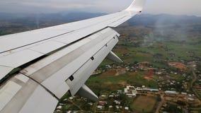 Vliegtuig die voorbereidingen treffen te landen stock video