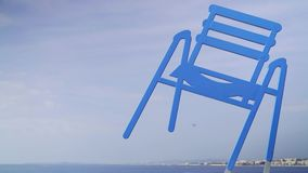 Vliegtuig die voorbij standbeeld van blauwe stoel in Nice, Frankrijk vliegen stock videobeelden