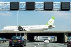 Vliegtuig die Weg kruisen royalty-vrije stock afbeeldingen