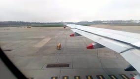 Vliegtuig die zich op baan bewegen stock video