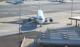Vliegtuig door Brandstoftanks Royalty-vrije Stock Afbeeldingen