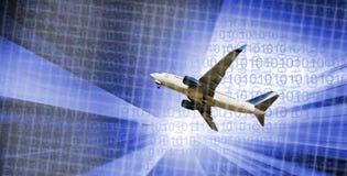 Vliegtuig door gebouwen wordt omringd dat stock foto's