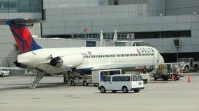 Vliegtuig in een luchthaven stock fotografie