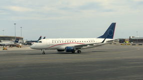 Vliegtuig in een luchthaven stock foto