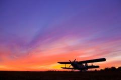 Vliegtuig een-2 op het vliegveld bij zonsondergang royalty-vrije stock afbeeldingen