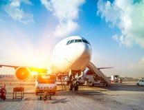 Vliegtuig en de luchthaven Stock Foto