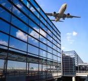 Vliegtuig en luchthaven de eindbouw royalty-vrije stock afbeelding