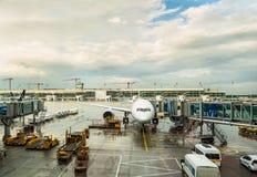 Vliegtuig en luchthavenvoertuigen Stock Afbeelding