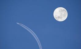 Vliegtuig en maan Stock Afbeelding