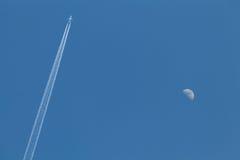 Vliegtuig en maan Royalty-vrije Stock Afbeeldingen