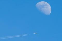 Vliegtuig en maan Stock Foto