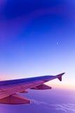 Vliegtuig en maan op de hemel van gradiëntkleuren Royalty-vrije Stock Afbeelding