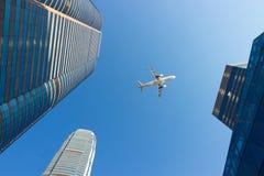 Vliegtuig en modern bureau van de binnenstad stock foto's