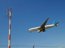 Vliegtuig en radiomast Royalty-vrije Stock Foto