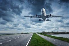 Vliegtuig en weg in donkere dag Royalty-vrije Stock Foto's