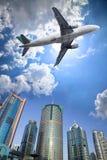 Vliegtuig en wolk Stock Foto's