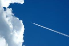 Vliegtuig en wolk Royalty-vrije Stock Fotografie