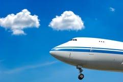 Vliegtuig en wolken Stock Foto's