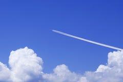 Vliegtuig en Wolken Stock Fotografie