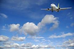 Vliegtuig en wolken stock afbeelding