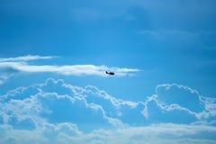 Vliegtuig en wolken Royalty-vrije Stock Afbeeldingen