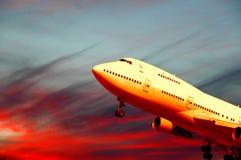 Vliegtuig en zonsondergang Stock Afbeelding