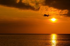 Vliegtuig en zonsondergang stock foto