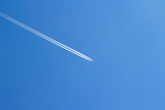 Vliegtuig in hemel Stock Foto