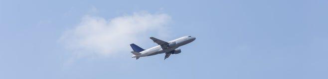 Vliegtuig in het blauwe hemelpanorama Royalty-vrije Stock Afbeeldingen
