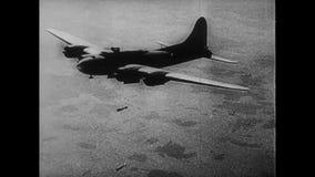Vliegtuig het dalen bommen tijdens Wereldoorlog II stock footage