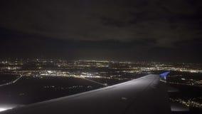 Vliegtuig het landen nacht Amsterdam stock video