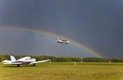 Vliegtuig het Landen Regenboog over de hemel stock foto