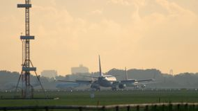 Vliegtuig het remmen na het landen stock videobeelden