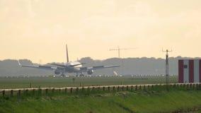 Vliegtuig het remmen na het landen stock video