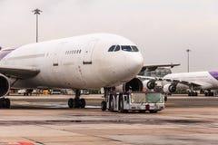 Vliegtuig het slepen stock afbeeldingen