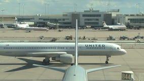 Vliegtuig het straal taxi?en aan poort stock footage