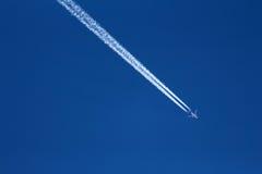 Vliegtuig Jet Stream en Vliegtuig royalty-vrije stock foto's