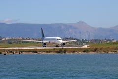 Vliegtuig klaar om het eiland van Korfu op te stijgen Royalty-vrije Stock Afbeeldingen