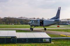 Vliegtuig klaar voor start met skydivers, extreme sporten en hobbys, skydive vermaak stock foto's