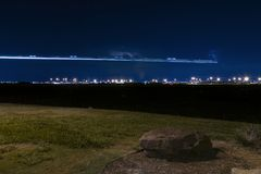 Vliegtuig lichte slepen over verre luchthaven bij nacht Stock Afbeeldingen