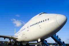 Vliegtuig in luchthaven stock afbeeldingen