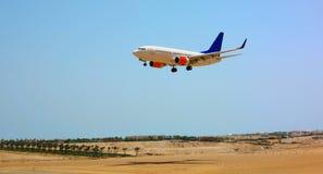 Vliegtuig met blauwe hemel Stock Afbeelding