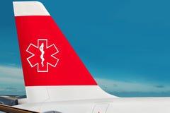 Vliegtuig met caduceus symbool op luchthaven. Stock Fotografie