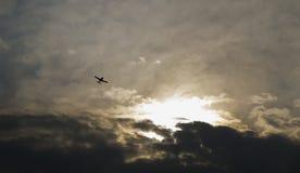 Vliegtuig met dramatische hemel Royalty-vrije Stock Foto