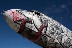 Vliegtuig met graffiti wordt verfraaid die Royalty-vrije Stock Foto