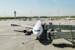 Vliegtuig met het inschepen van helling bij de luchthaven Pulkovo Rusland stock foto's