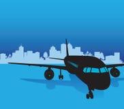Vliegtuig met stadsachtergrond Stock Foto's