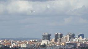 Vliegtuig met twee motoren die op baan over de stad van Lissabon, Portugal landen Achter mening stock video