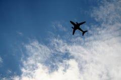 Vliegtuig met zonnige hemel stock foto's