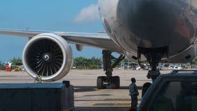 Vliegtuig na aankomst wordt geparkeerd die stock videobeelden